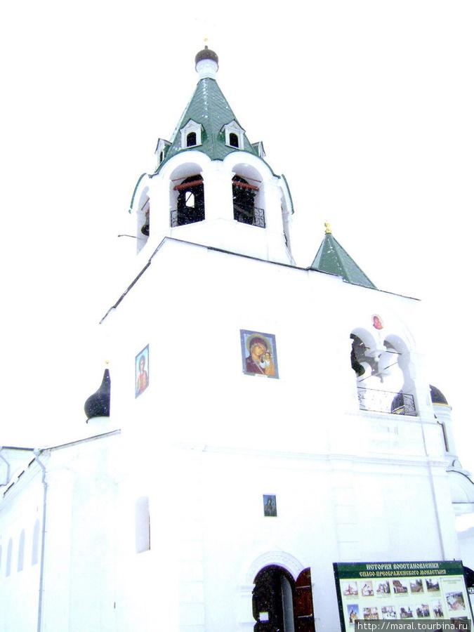 В храме Покрова Богородицы находятся главные святыни монастыря — чудотворная икона Божьей Матери