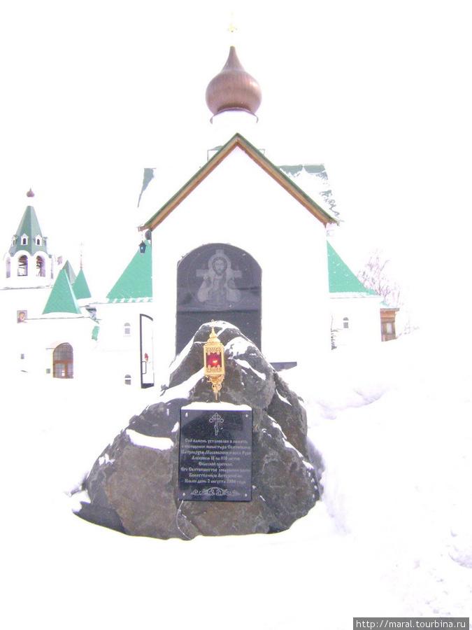 Сей камень установлен в память о посещении монастыря Патриархом Московским и всея Руси Алексием II на 910-летие обители, восстановленной стараниями прихожан и попечителей
