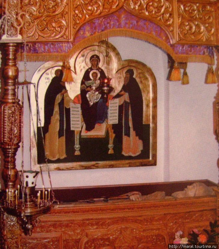 Рака с резным изображением былинного богатыря и преподобного инока Илии Муромца в нижней церкви Всех Святых Покровского храма. Преподнесена в дар Спасо-Преображенскому монастырю в связи с его 910-летием в Ильин день 2 августа 2006 года.