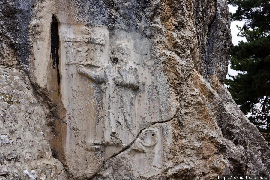 Похоже на барельефы зороастрийцев, но у хеттов были свои боги.