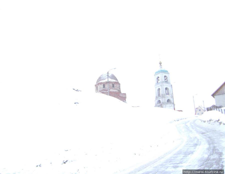 На холме возвышается Троицкая церковь, в основание которой, как гласит местная легенда, Илья Муромец положил три морёных дуба, поднятых им со дна Оки
