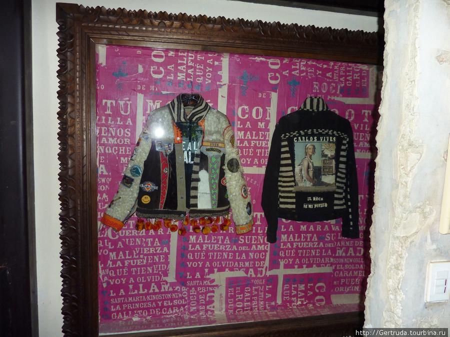 Куртки хозяина, певца Карлоса Вивеса.