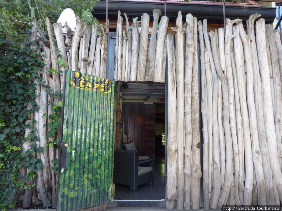 Хозяева любят старое сухое дерево и так оформили вход в кафе.