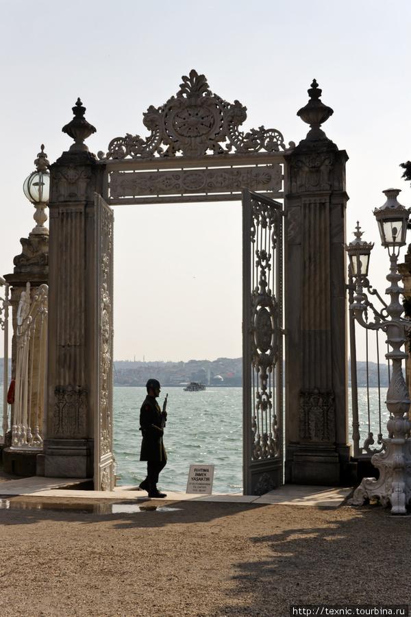 Морские ворота дворца тоже охраняются