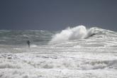 Коварная волна подбирается с тылу: