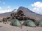 У входа Kibo Hut палатки екстрималов.