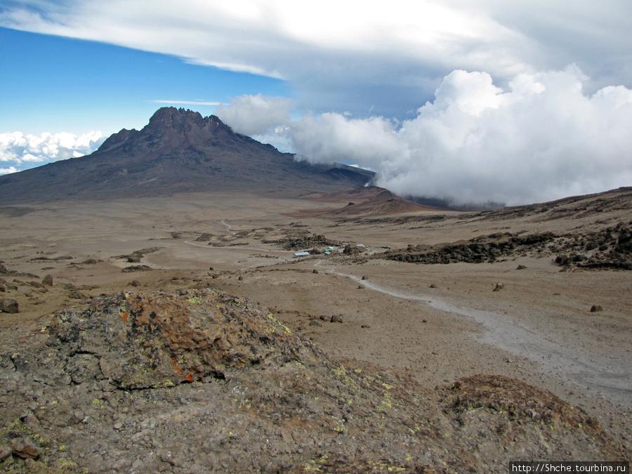 Мы зашли еще метров на 200 вверх. Вид на Kibo Hut и Мавензи.