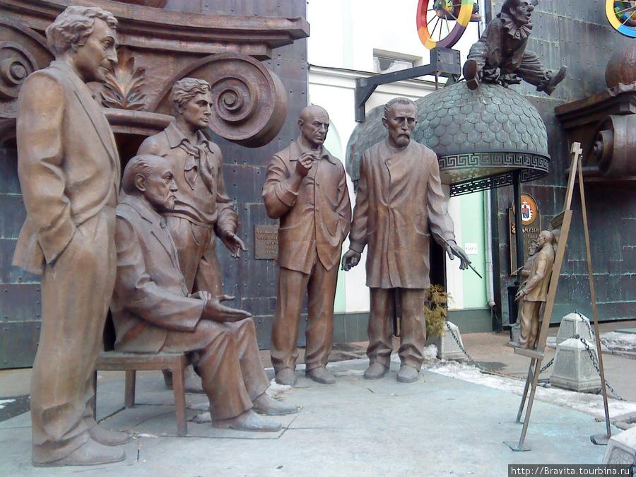 Скульптурная композиция у входа