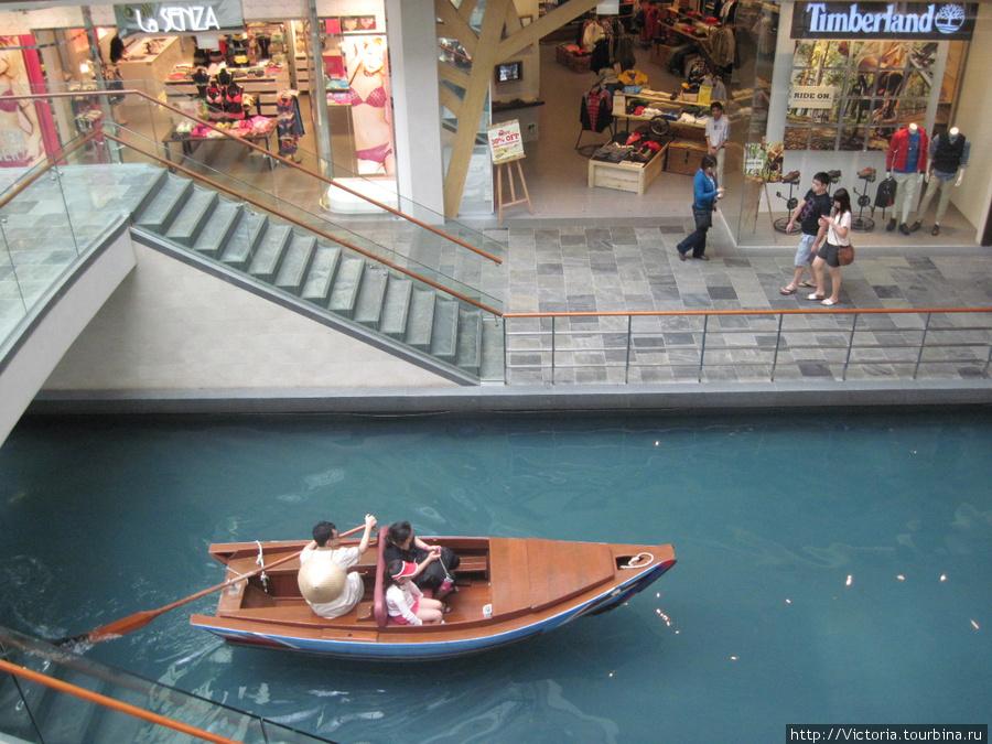 Внутри торгового центра можно прокатиться на лодке
