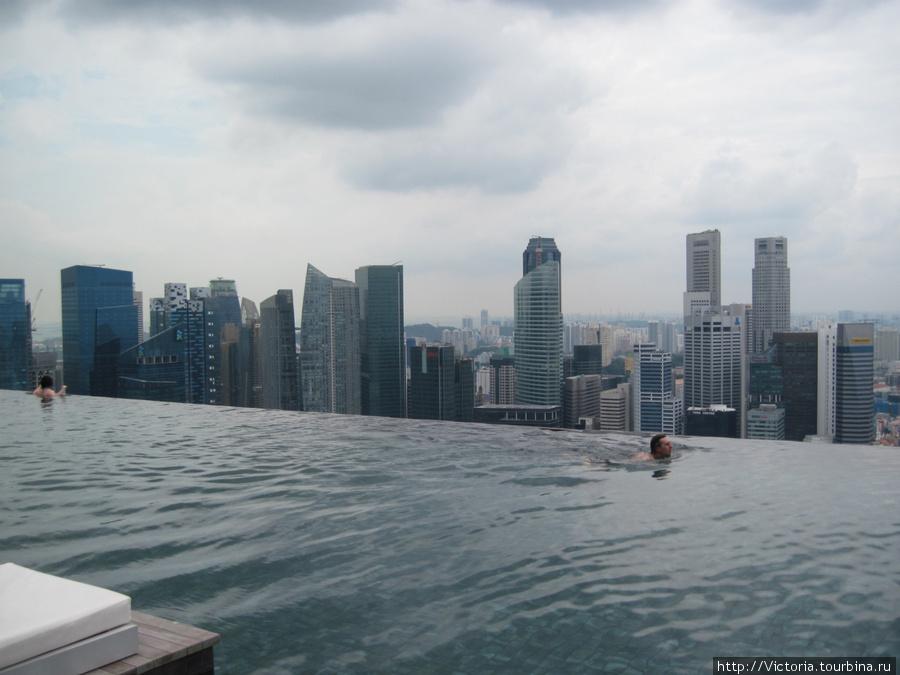 Из бассейна, расположенного на крыше, очень удобно любоваться соседними небоскребами.