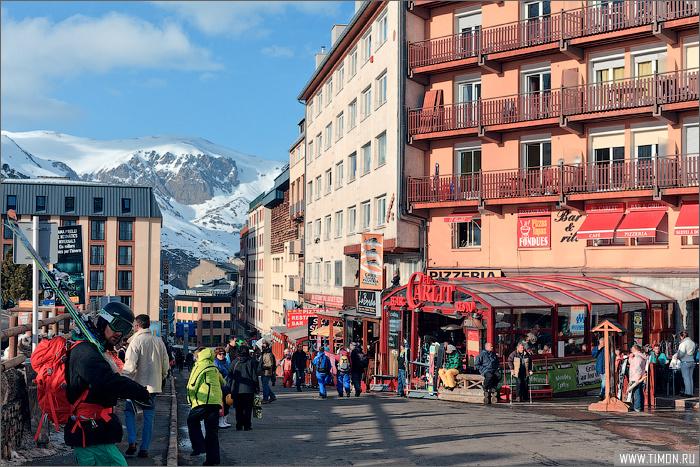 Главная аллея города, щдест расположено большинство магазинов и множество ресторанов Пас-да-ла-Каса, Андорра