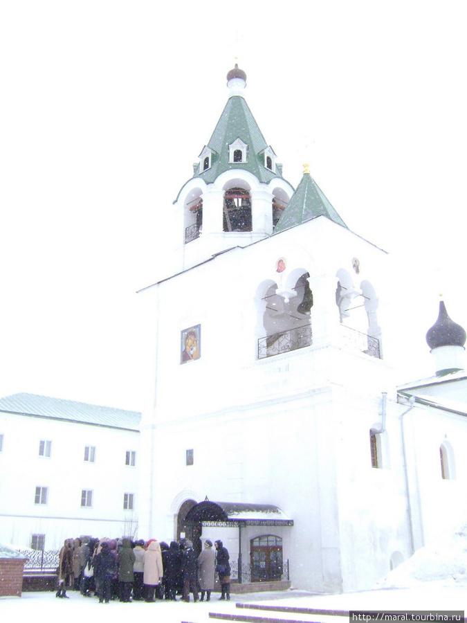 Рядом с Покровским храмом размещается гостиница паломнического центра