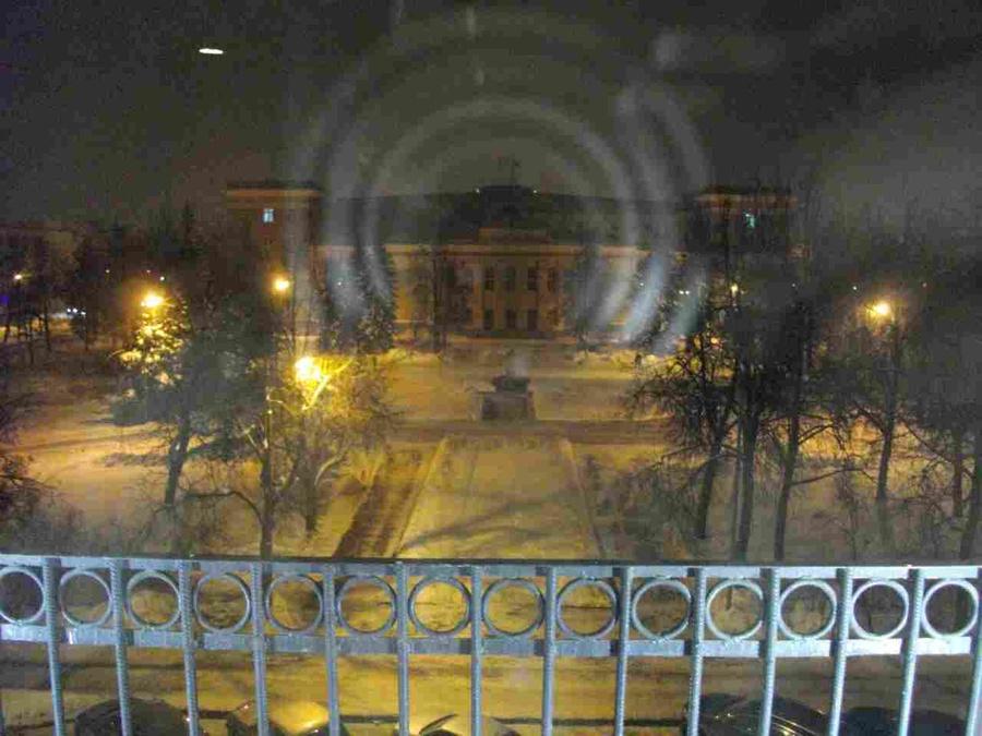 Вид на Мэрию и площадь из окна фойе.