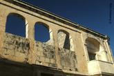 Старинный дом с редко встречающимся на Мальте каменным балконом (Зурри, Мальта)