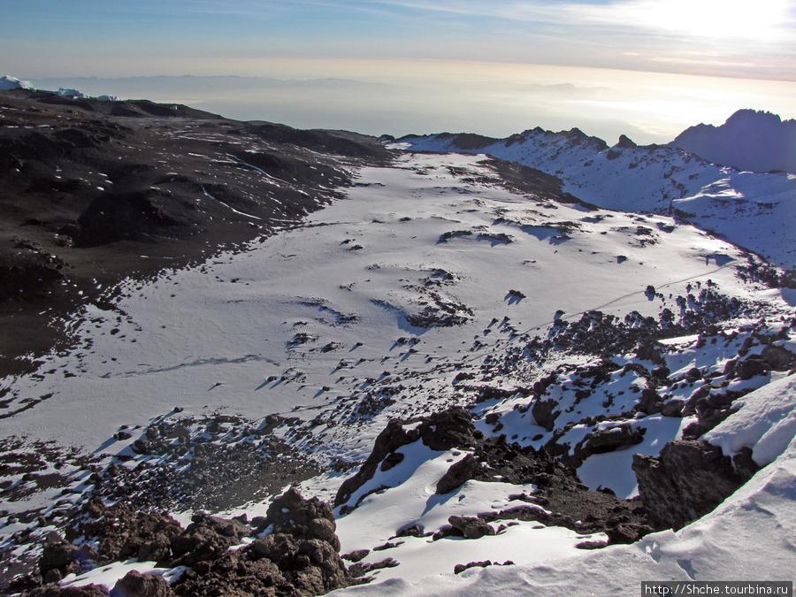 По правому краю кратера прошла дорога назад.