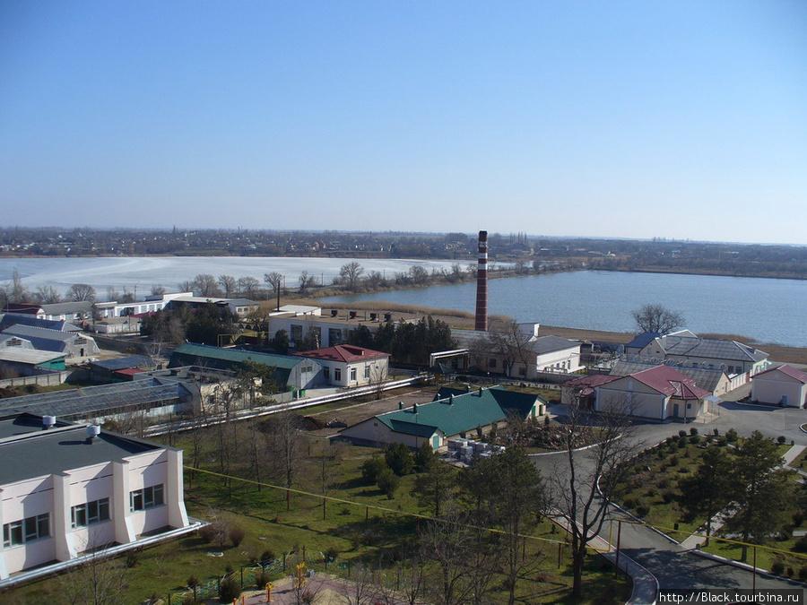 панорама с восьмого этажа девятиэтажного корпуса на территорию санатория и озеро Михайловское (пресное, поэтому замерзшее) и пруд Буферный (соленый, незамерзший)