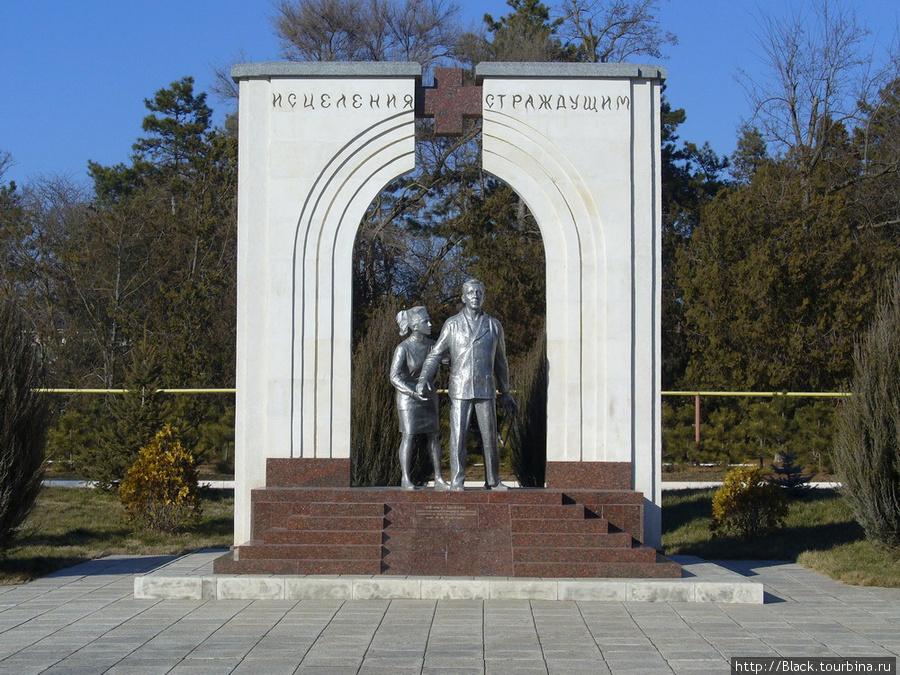 памятник в честь 25-летия со дня основания Центра восстановительного лечения, который работает на территории санатория