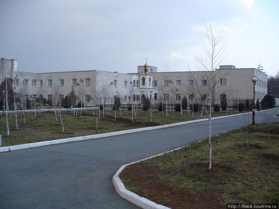 Центр восстановительного лечения и церковь Святого Луки