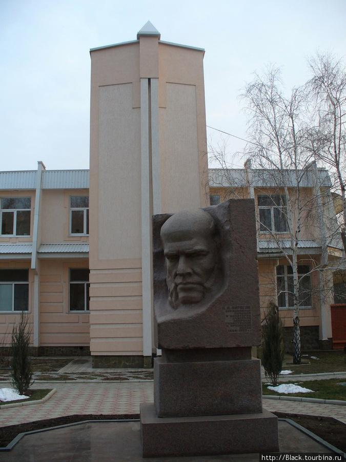 памятник Н.И. Пирогову перед входом в санаторий