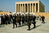 На карте достопримечательностей нашли самую близкую точку — мавзолей Мустафы Кемаля, отца всех турок. И пошли туда.  Мавзолей занимает большую площадь, большая часть которой отведена на парк с зелеными насаждениями. Это 1 из 13 мавзолеев во всем мире. Самое здание построено в 1944 — 1953 годы.