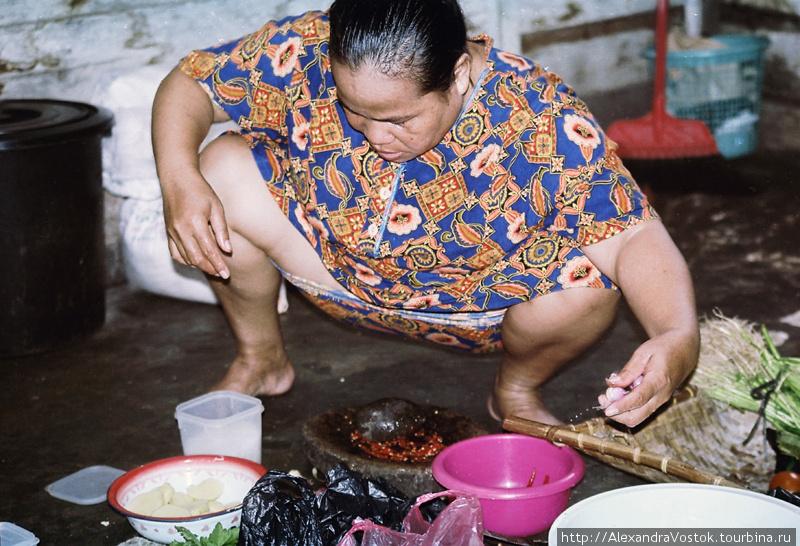 женщина готовит обед — во