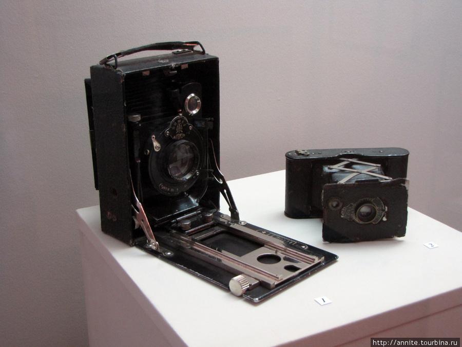Фотоаппараты, широкопленочный с выдвижным объективом справа.