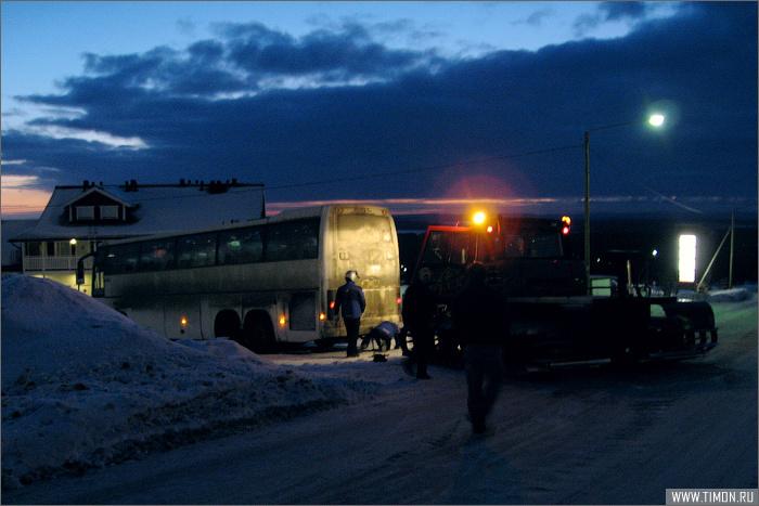 А мы вытаскиваем автобус из сугроба