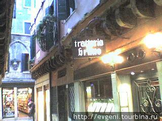 большинство номеров выходят в этот проулок-номер с балкончиком- отель Бруно