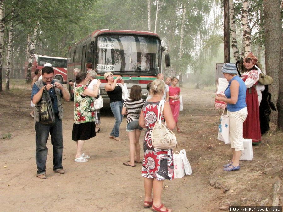 Туристы с теплохода.