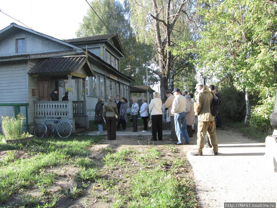 Туристы у краеведческого музея.