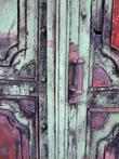 Оказалось, что у часовни потрясающе красивая дверь, которая к тому же не заперта.