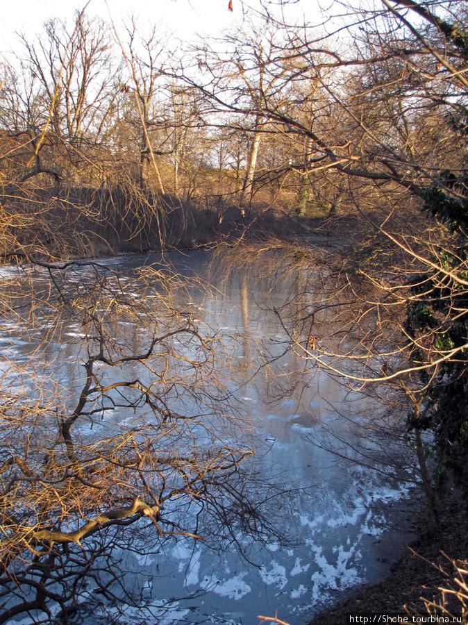здесь примыкает парк Kastellet с замерзшим, заполненным водой, рвом.