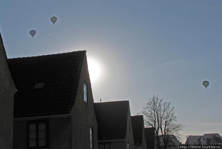 Я подумал, каждый день воздушные шары летают, нет. Может в честь воскресения?