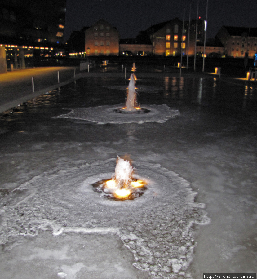 Прикольно выглядит действующий фонтан зимой. Как хоккейная площадка...