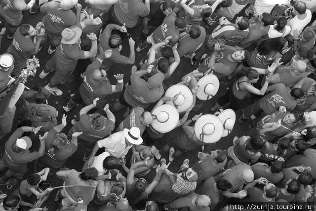 (c)Виктор Велла Толпа на фесте (Зурри, Мальта)