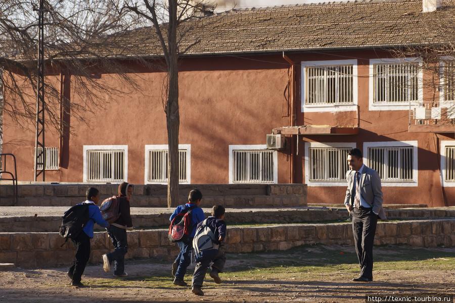 Дети бегут в школу, их вс