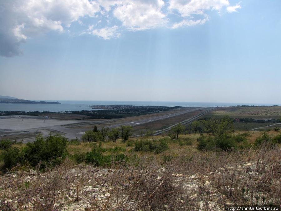 Август 2009 г. Новая взлётная полоса, протяженностью более 3 км.