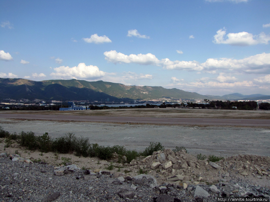Август 2009 г. Вид на еще не открытый аэропорт Геленджика.