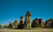 В период образования гор в средней Анатолии (это территория современной Турции), частью которой является Каппадокия, образовались разломы глубинного заложения. Магма, изливаясь на поверхность, образовывала вулканы, таким образом, выравнивались долины и склоны, образовалось плато на месте горной страны.   Благодаря резко континентальному климату с внезапными и значительными перепадами температуры, в горных породах образовывались трещины. Они то и разрушали вулканические породы. С течением времени из вулканической породы образовывались отдельные холмы (Википедия).