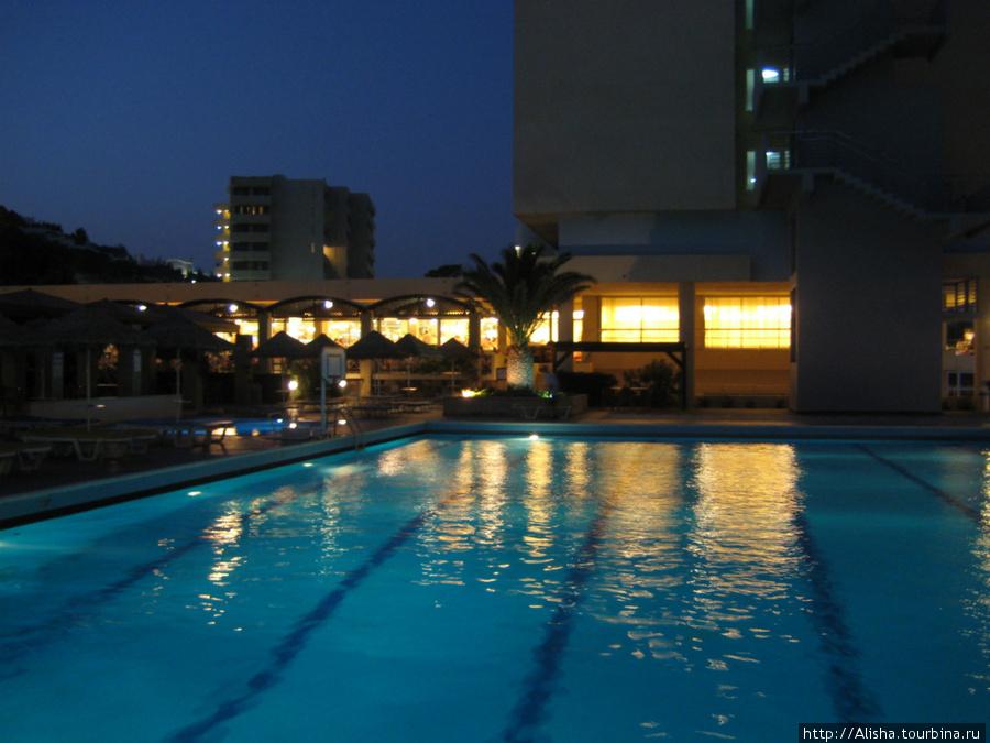 Отель Blue Sea Beach Resort**** —  свет из окон ресторана,где нас кормили