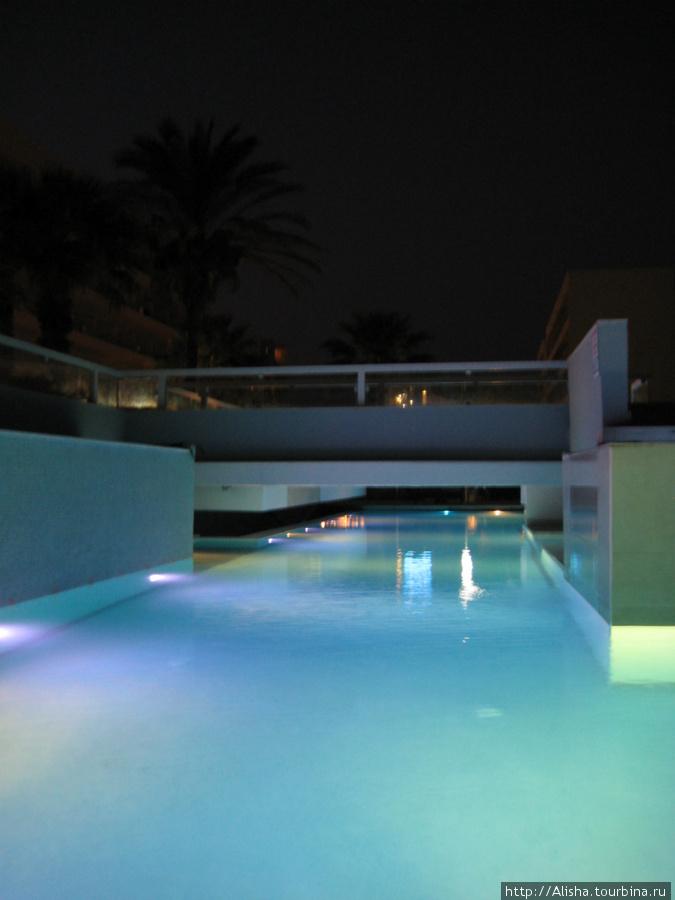 Отель Blue Sea Beach Resort**** —  в центре расположена площадка с креслами и столиками, туда можно попасть по таким мостикам