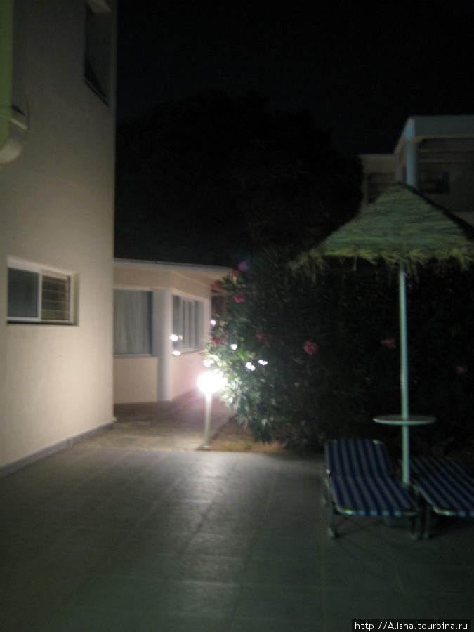 Отель Blue Star*** —   проход к корпусам с номерами-студиями
