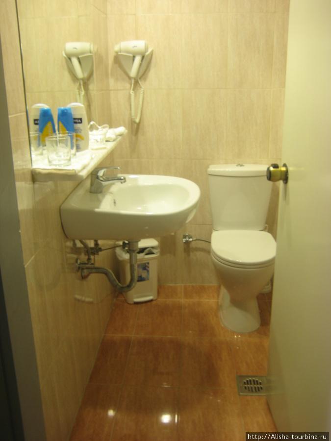 Отель Blue Star*** —   ванная и туалет были совмещены. Ванная за дверью.