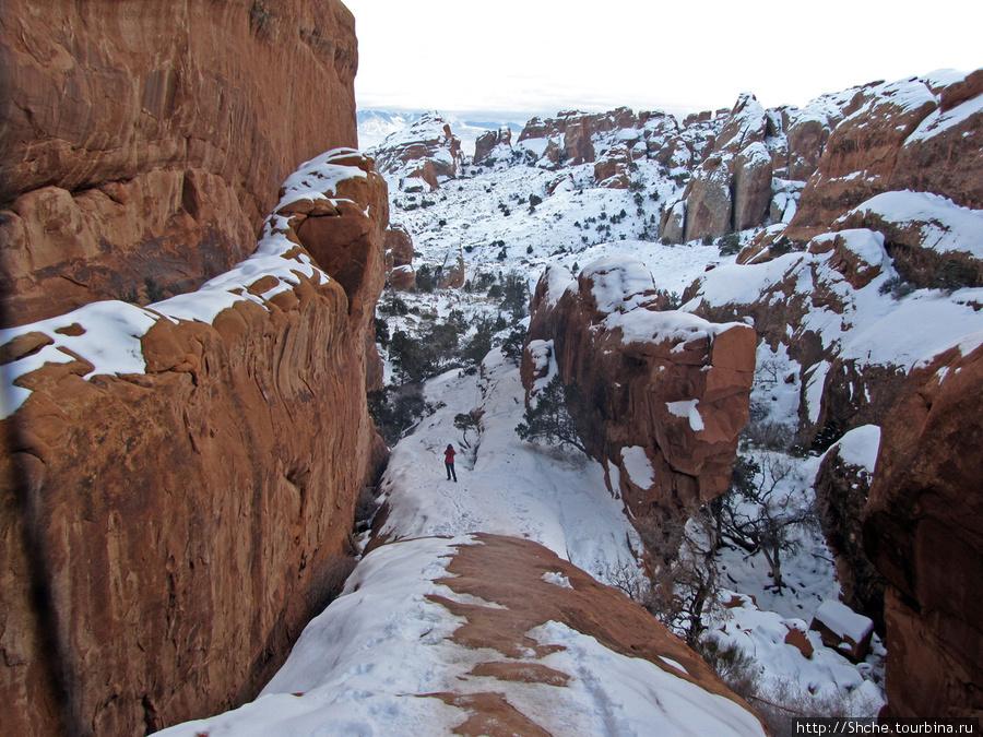 На самом деле тропа закончилась, и путь шел по крутому камню, скользкому от снега и небезопастному, тем более в условиях стремительно надвигающейся темноты