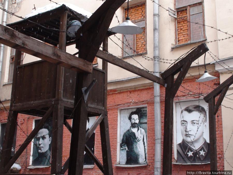 Вышка и портретная галерея на фасаде здания