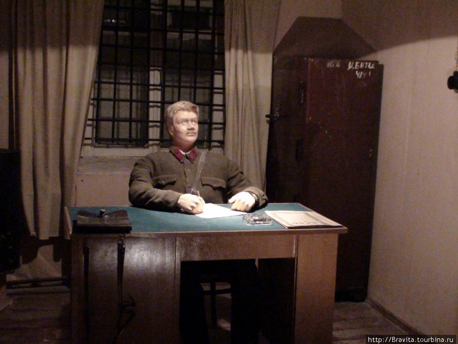 Оперуполномоченный в своем кабинете