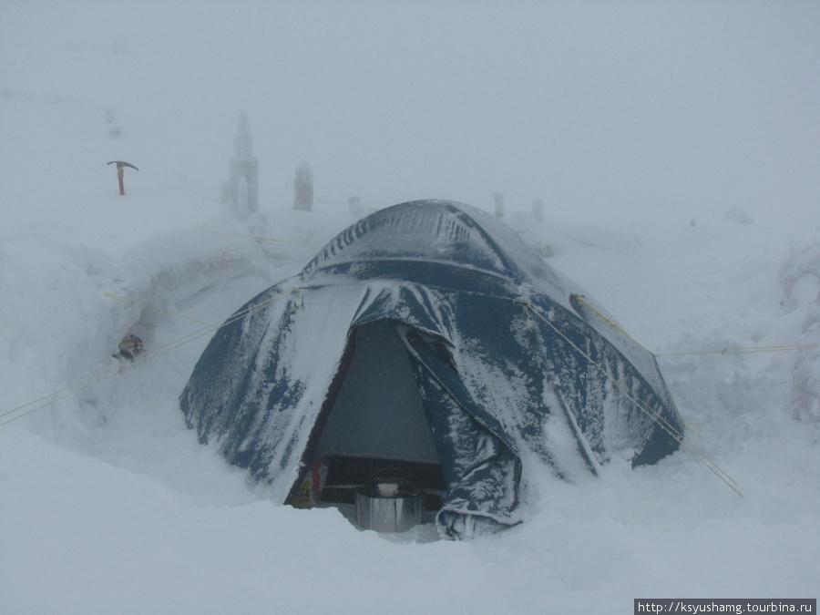 палатка на Берельском седле. Еле откопали