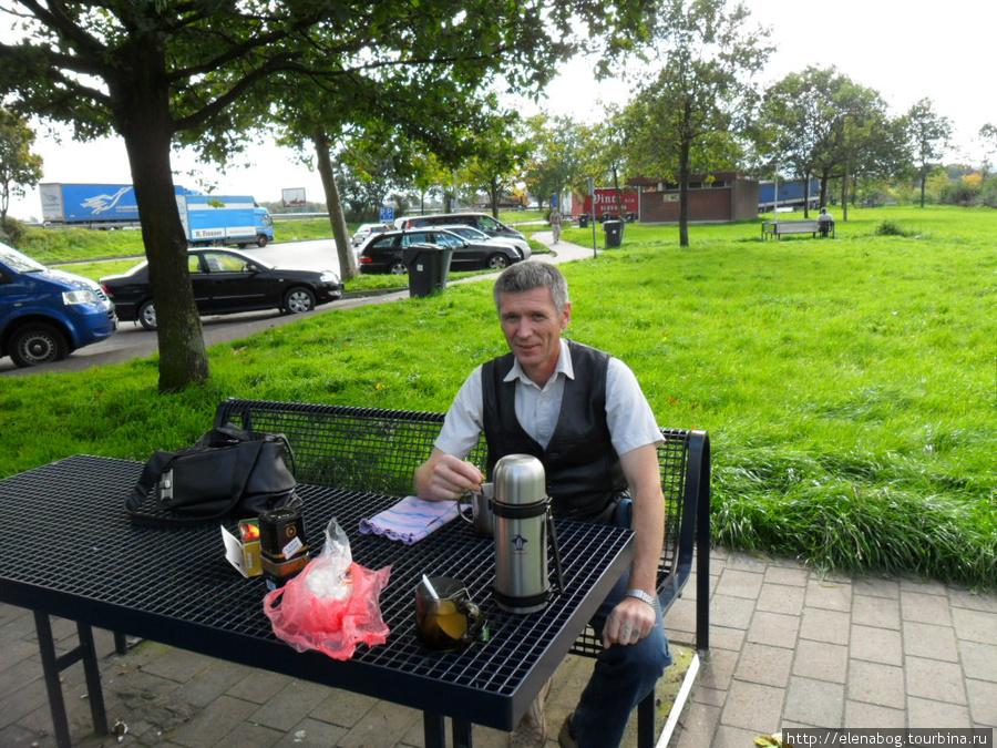 Машинка рядом, чай и кофе можно спокойно попить на любой стоянке!