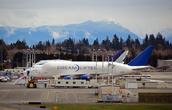 Грузовой  самолёт Dreamlifter, который перевозит детали для сборки нового пассажирского самолёта Boeing 787 Dreamliner.