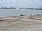 Размеры трактора и лайнера Queen Mary дают представление о размерах кранов порта